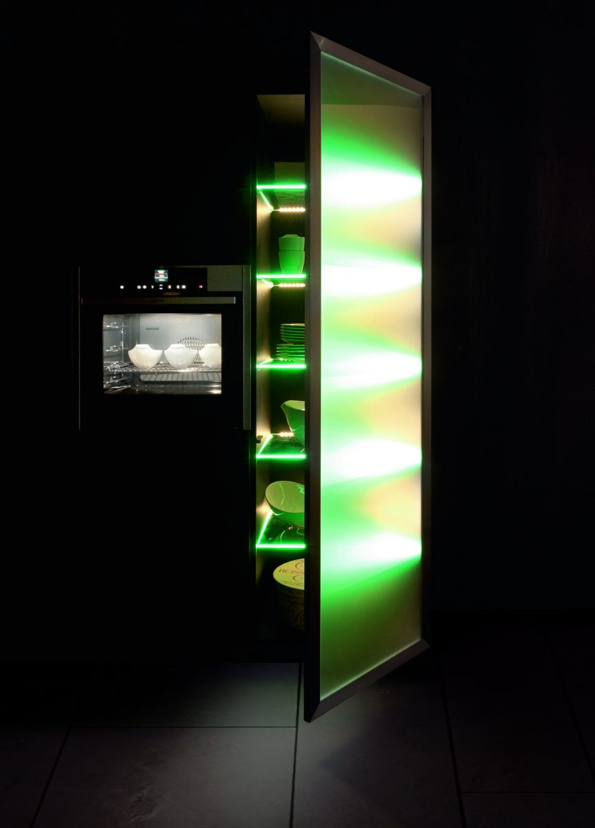 Grüne LED im Küchenschrank sorgen für Spezialeffekte in der Küche; Foto: bauformat