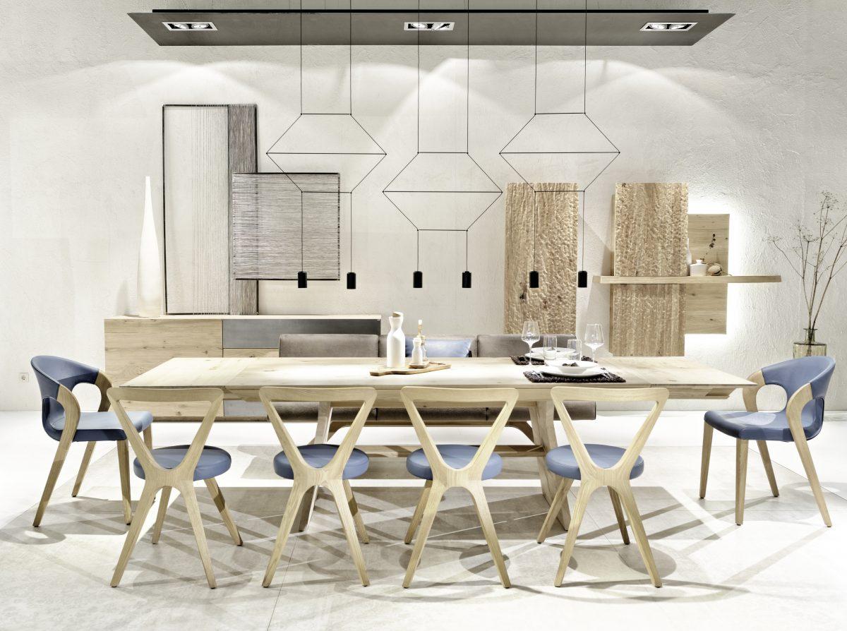 Esstisch Beleuchtung: Indirekte Beleuchtung durch Spots und Dekoleuchte über dem Tisch; Foto: Voglauer