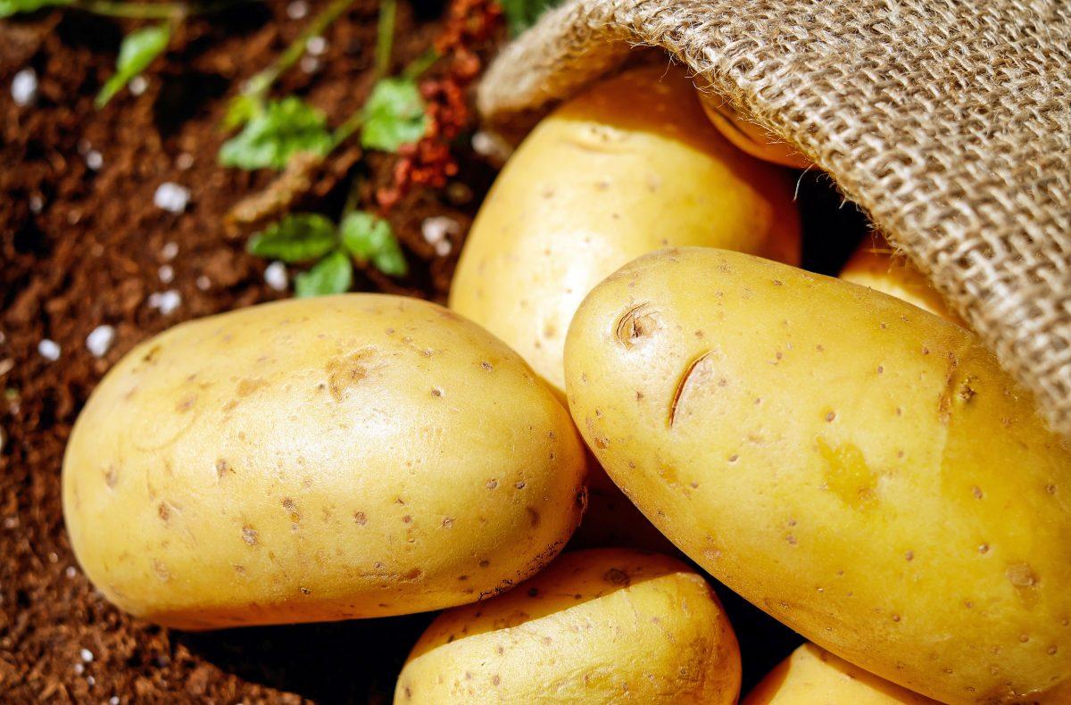 Kartoffeln in einem Leinensack oder einer Kiste aufbewahren