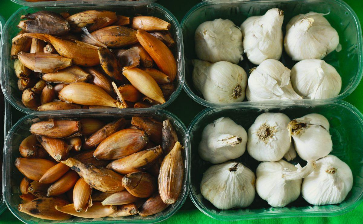 Knoblauch und Zwiebeln am besten dunkel und trocken lagern
