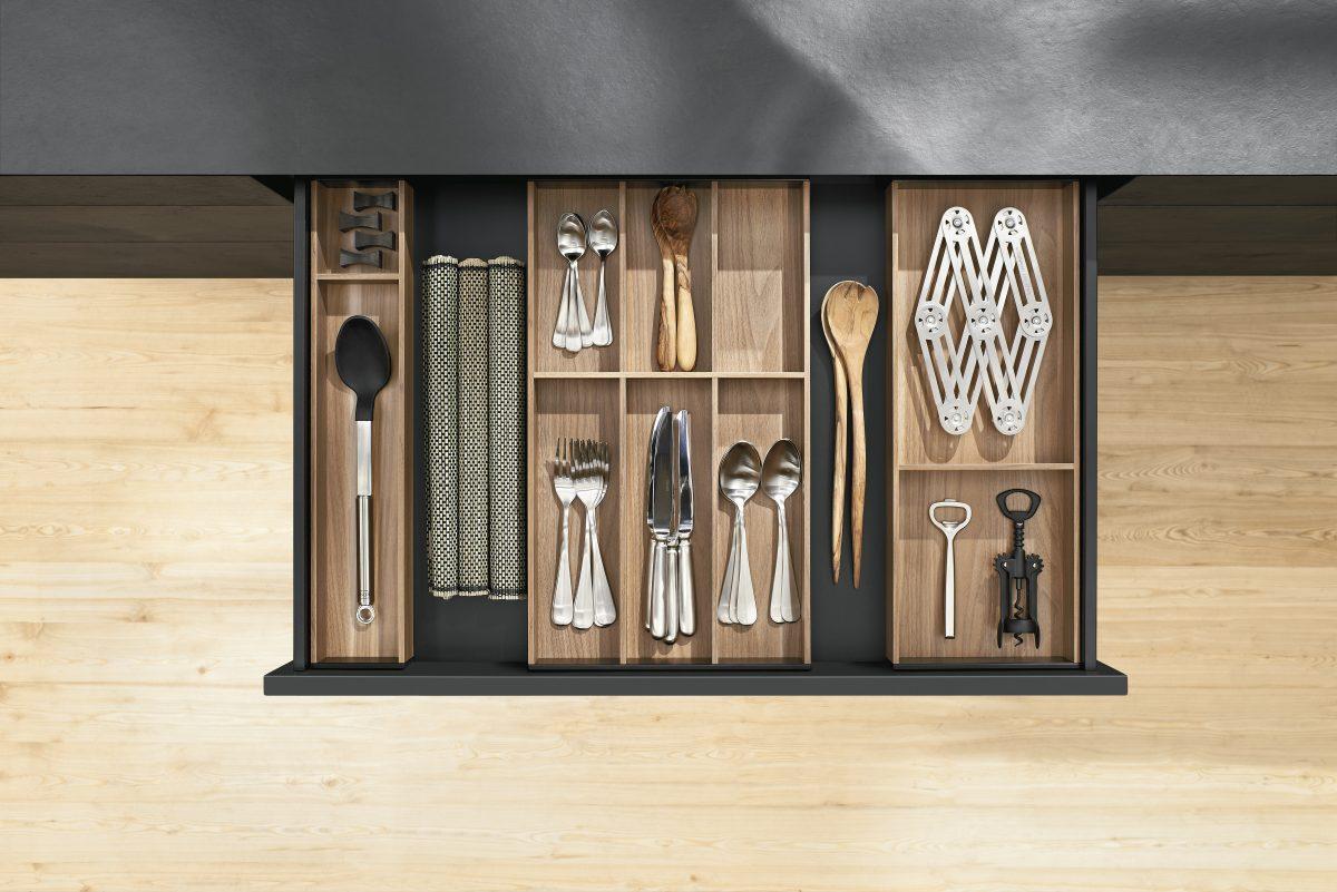 Die AMBIA-LINE-Rahmen sind auch in ausgewählten Holzdekoren erhältlich; Foto: Julius Blum GmbH