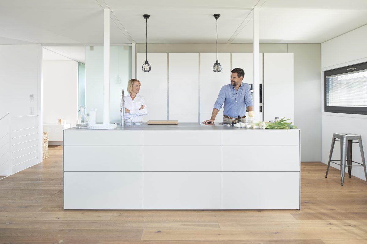 """""""Schön und praktisch zugleich muss es sein"""" - Melanie und Marcos Inselküche zeigt eine Symbiose aus Schönheit und Funktion; Foto: Julius Blum GmbH"""