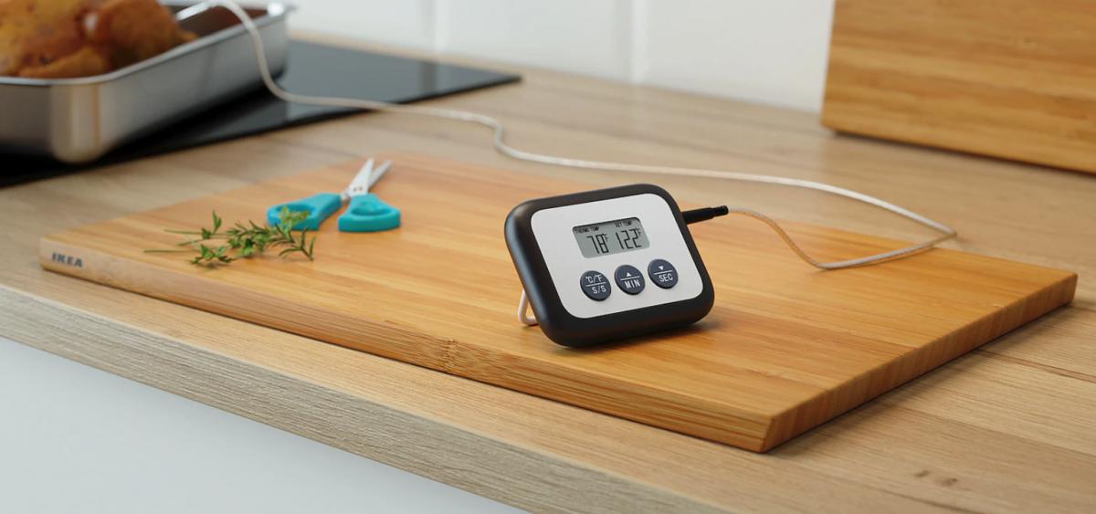 Kerntemperatur mit dem Fleischthermometer messen; Foto: IKEA