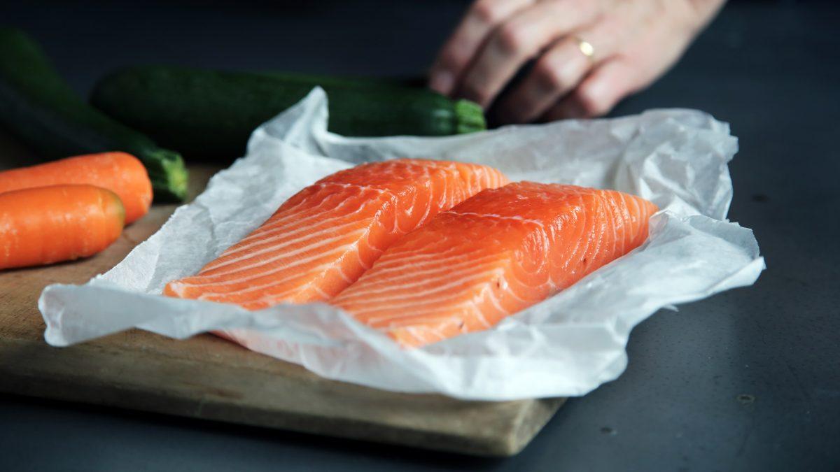 Fisch kann auch in Alufolie oder Butterbrotpapier gedünstet werden