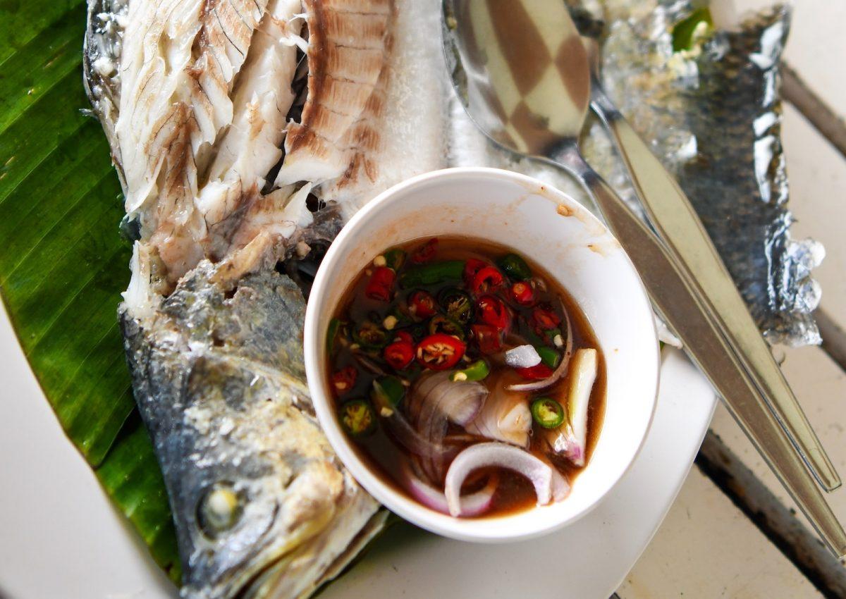 Ein ganzer Fisch muss länger gedünstet werden als ein Filet