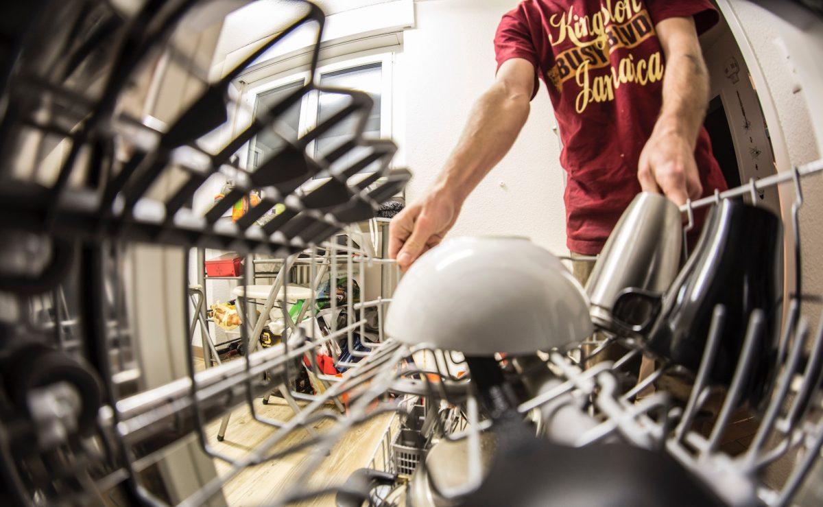 Spülmaschinen Salz hilft, das Geschirr und die Maschine vor Kalkablagerungen zu schützen