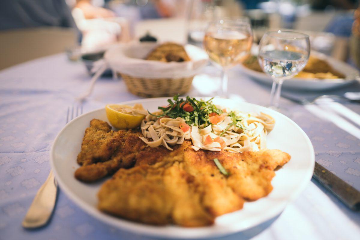 Wiener Schnitzel darf sich nur die Variante mit Kalbfleisch nennen. Panierte Schnitzel aus anderen Fleischsorten sind Schnitzel Wiener Art!
