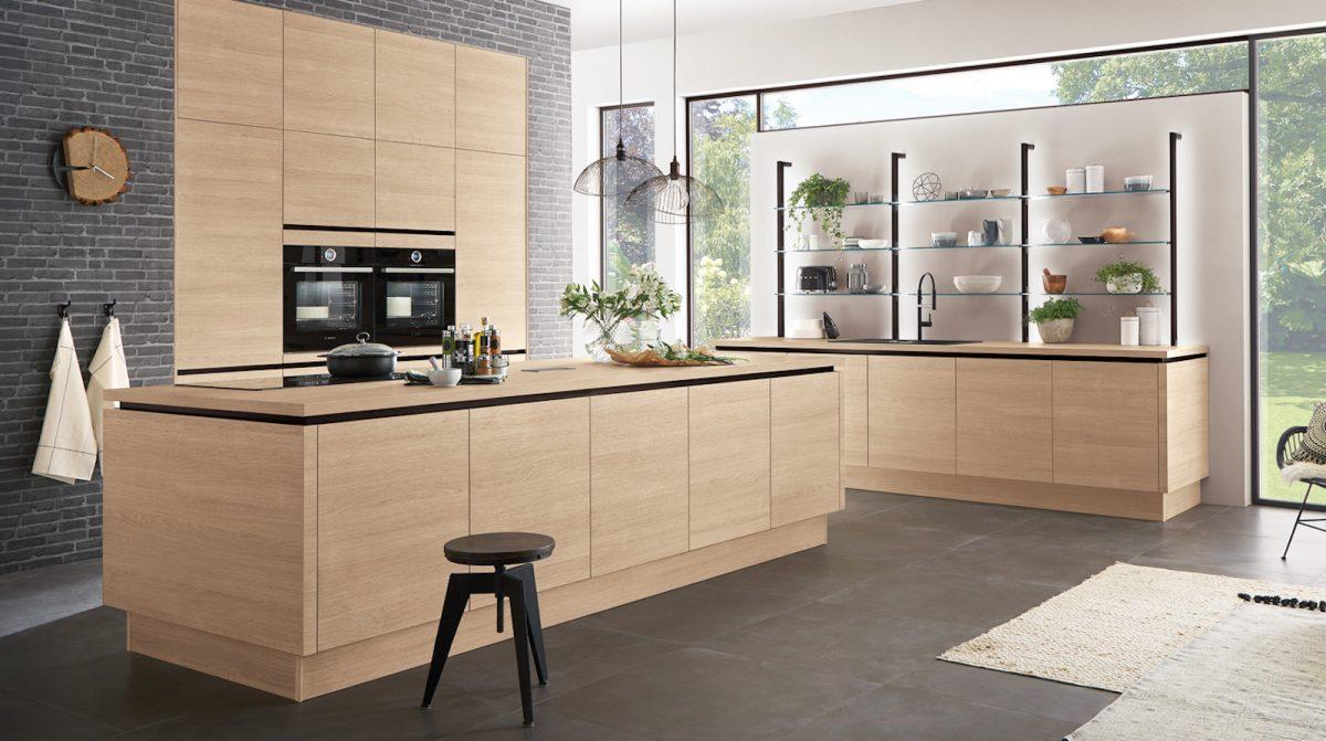 Küche in Holzoptik mit viel Stauraum in den Unterschränken; Foto: nobilia