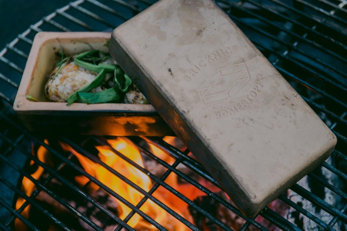 Der Brick kann sowohl auf den Grill als auch in den Ofen geschoben werden; Foto: Facebook/roemertopf.de