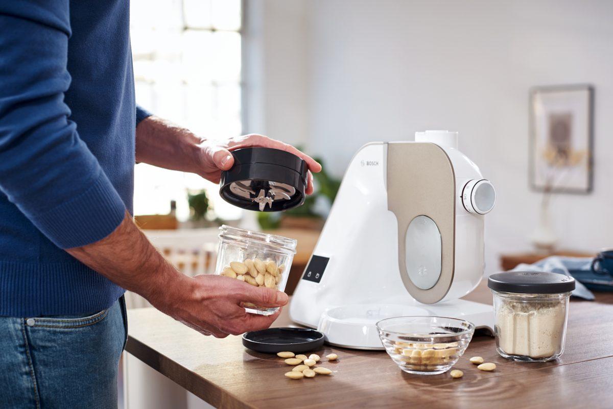 Mit der Bosch MUM lassen sich sogar Mandeln mahlen; Foto: Bosch