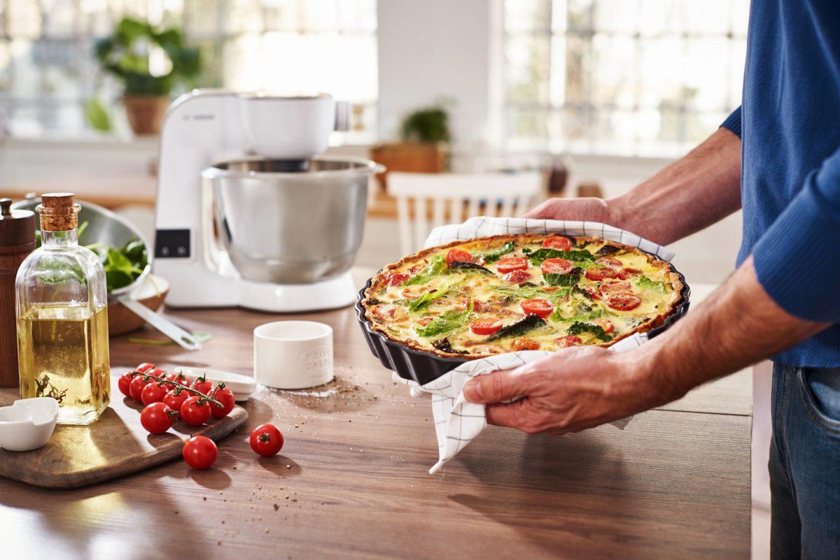 Backen und Kochen wird mit MUM 5 dank integrierter Küchenwaage noch einfacher; Foto: Bosch