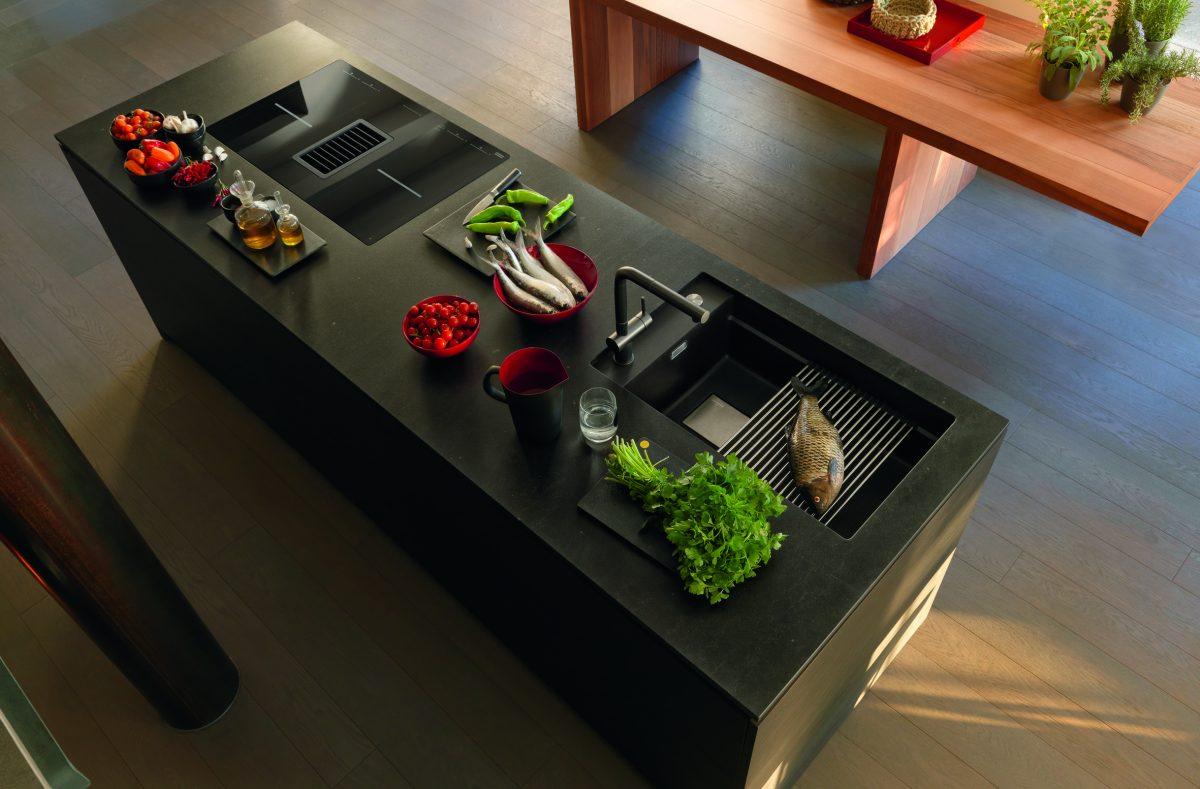 Schwarze Küchenspüle mit moderner Edelstahlarmatur von Franke; Foto: Franke