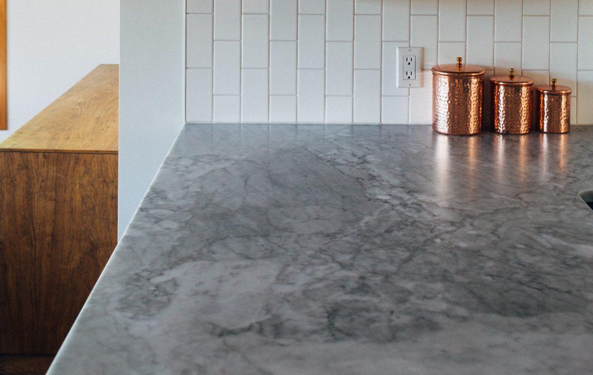 Arbeitsplatte in der Küche mit Zementputz/Betonputz renovieren