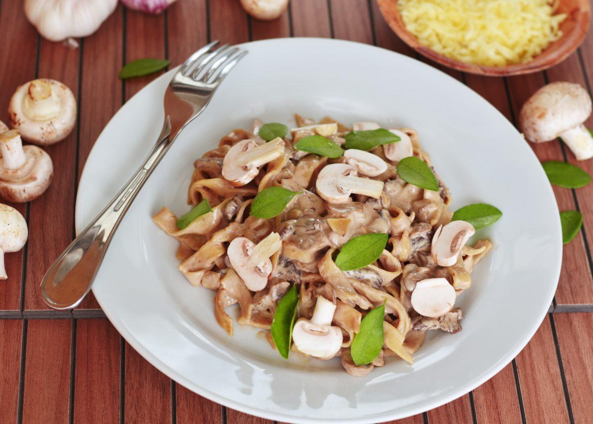 Pasta mit Pilzen mit mediterranen Gewürzen und Kräutern