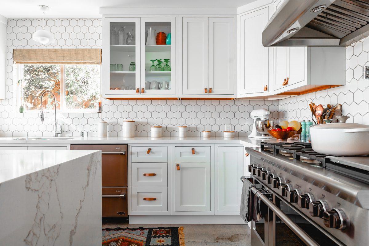 Küchenrückwand aus modernen, wabenförmigen Fliesen