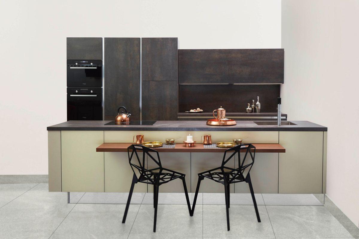 Küche mit Fußboden aus Naturstein