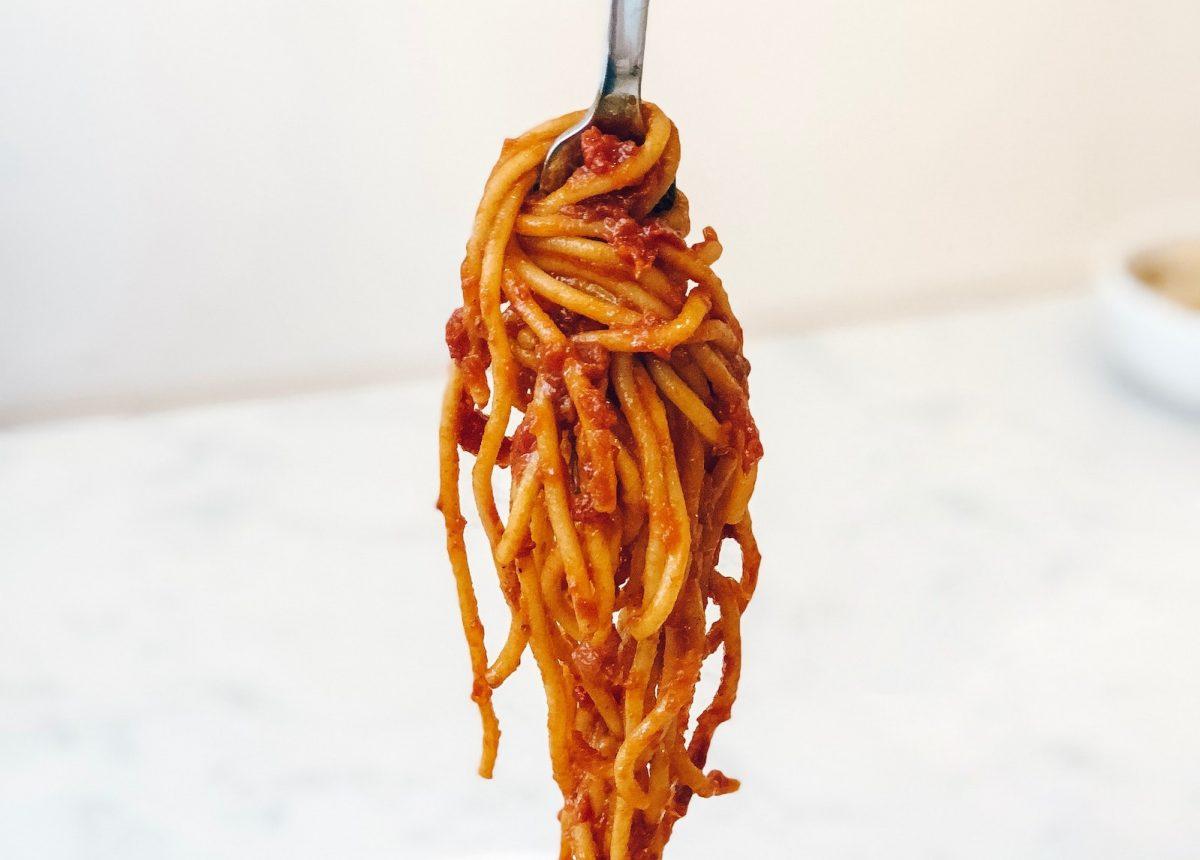 Aus Tomaten in der Dose lässt sich ein schnelle Soße für Nudeln zaubern