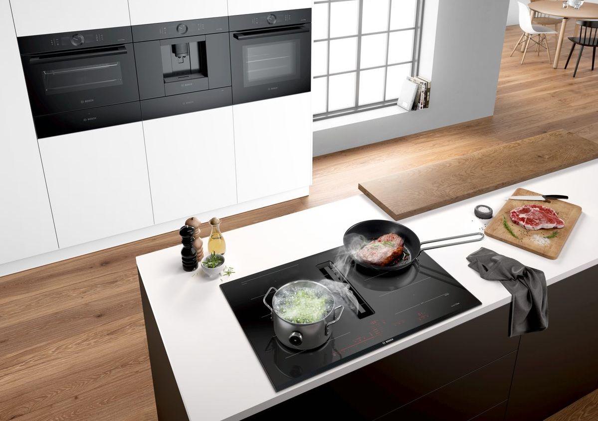 Backofen, Dampfgarer, Kaffeemaschine und Kochfeld mit integriertem Abzug in Schwarz; Foto: Bosch