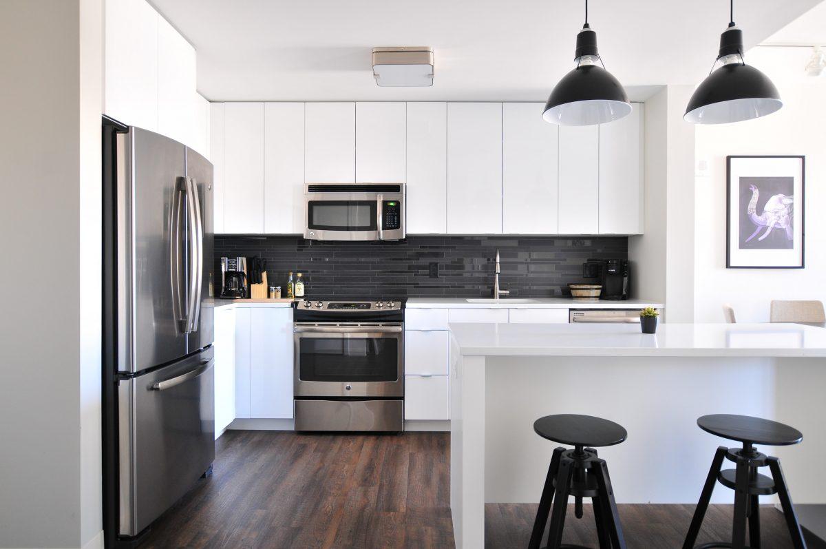 Holz und Laminat eignen sich nur mäßig als Bodenbelag in der Küche