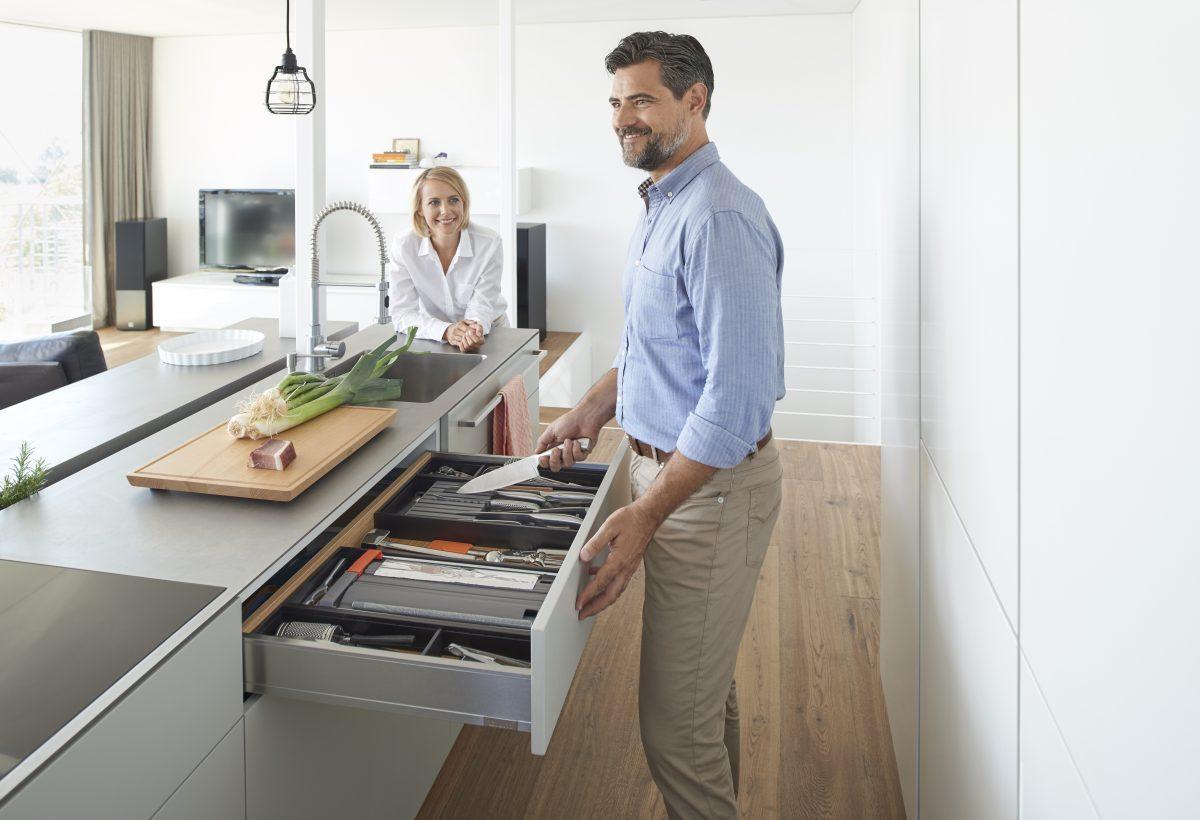 LEGRABOX pure: Mit matten, metallischen Oberflächen lassen sich großflächige und wirkungsvolle Akzente setzen. Foto: Julius Blum GmbH