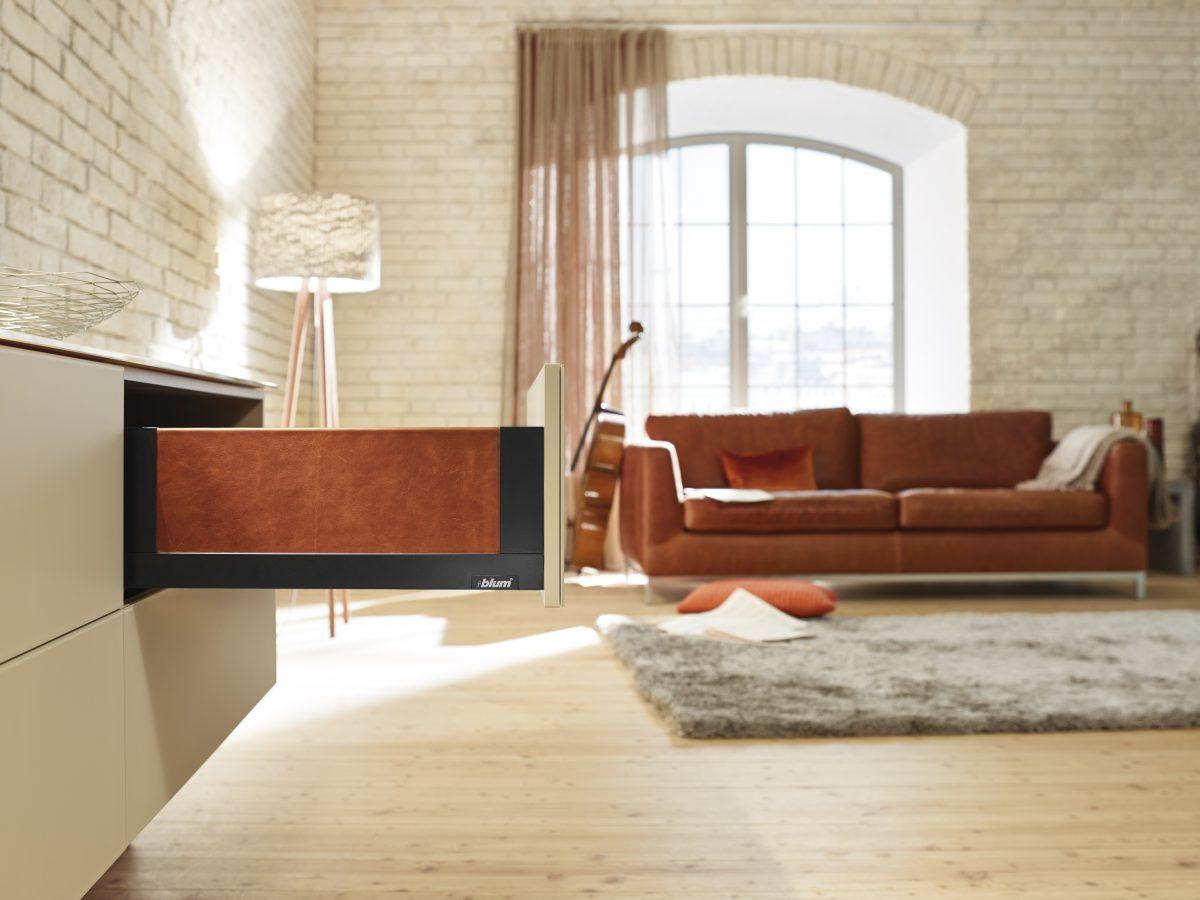 LEGRABOX free in Terraschwarz matt: im Wohnzimmer akzentreich kombiniert mit individuellen Einschubelementen in Leder. Foto: Julius Blum GmbH