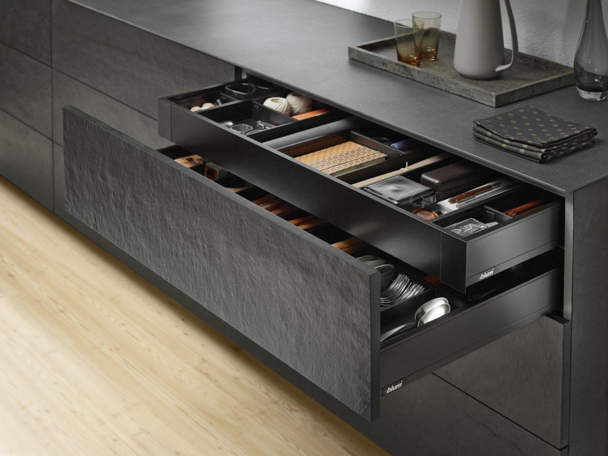 LEGRABOX pure in terraschwarz matt: dezent, elegant und universell einsetzbar, nicht nur in der Küche. Foto: Julius Blum GmbH
