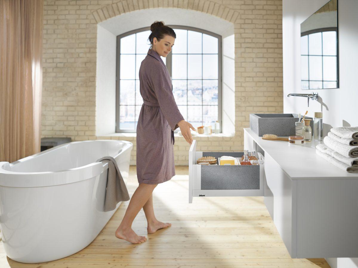 LEGRABOX free in Seidenweiss matt: auch im Badezimmer elegant, hier harmonisch kombiniert mit Steineinschubelement. Foto: Julius Blum GmbH