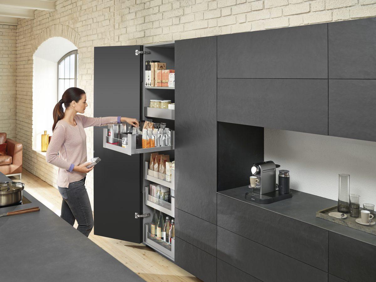 LEGRABOX free in Inox: hochwertiges und edles Design mit guter Einsicht durch die Glaseinschubelemente im Vorratsschrank. Foto: Julius Blum GmbH
