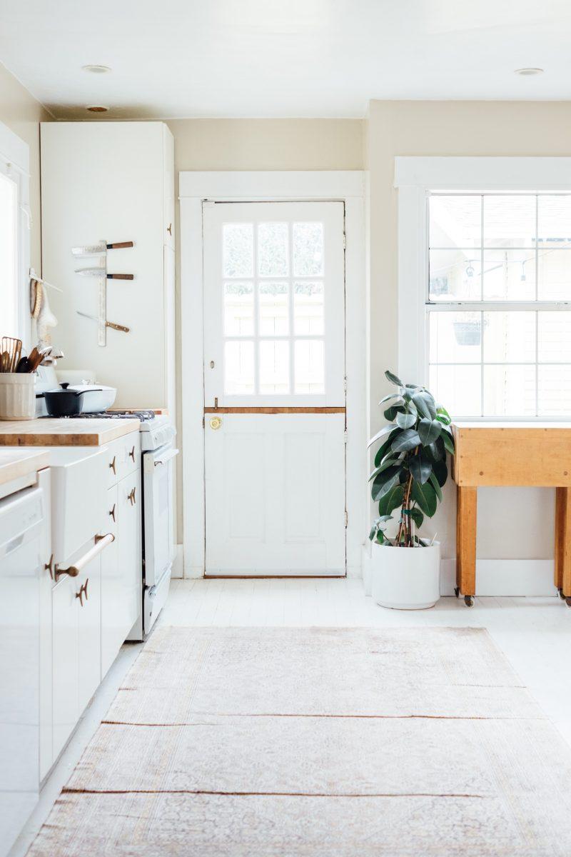 Teppich in der Küche bitte nicht als fixierter Fußboden, sondern nur zum Auflegen