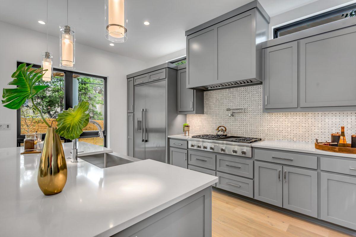Küche mit moderner Rückwand