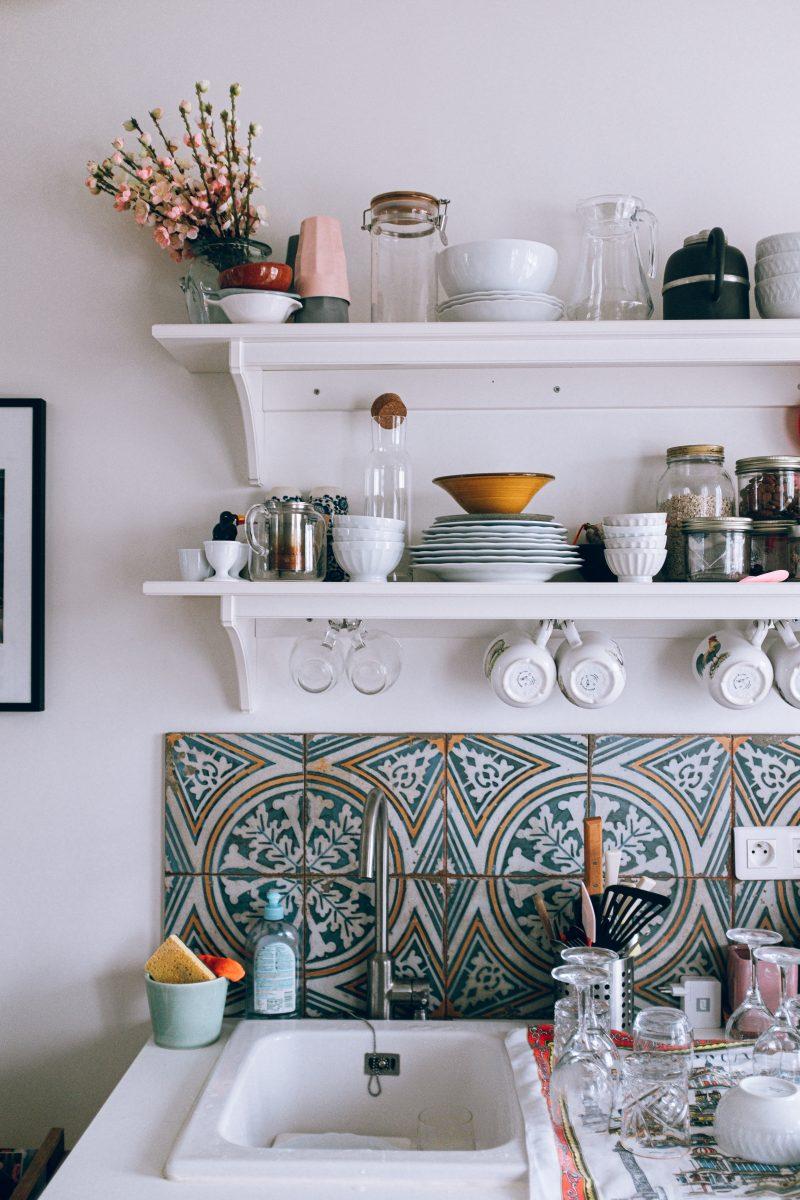Küchenrückwände und Arbeitsplatten lassen sich ganz einfach mit Moasikfliesen verschönern
