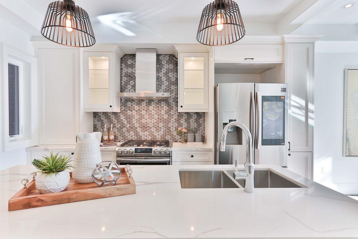 Küchenrückwand mit modernem Blumenmuster