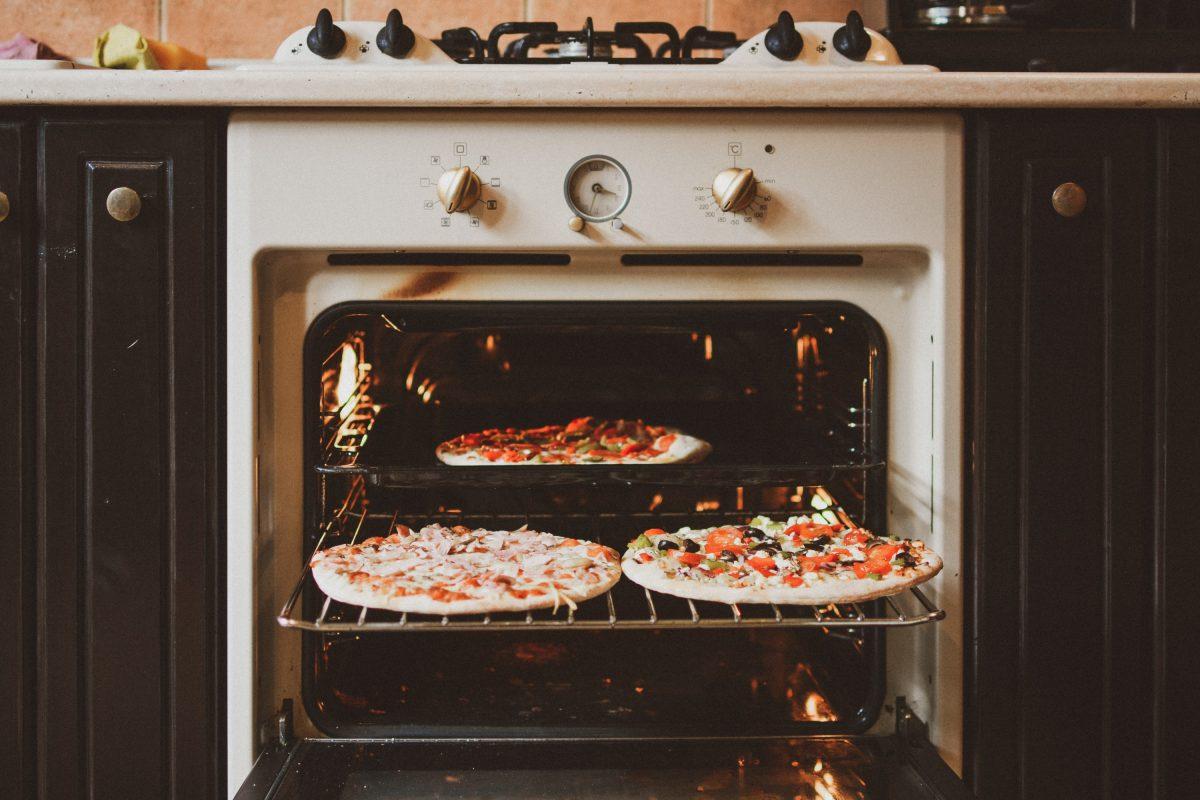 Die klassische Tiefkühlpizza gelingt auch ohne Vorheizen des Backofens