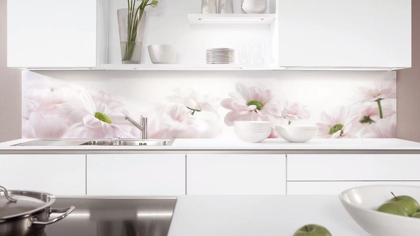 Der Digitalprint mit Blumen als Nischenverkleidung strahlt natürliche Leichtigkeit aus; Foto: nobilia