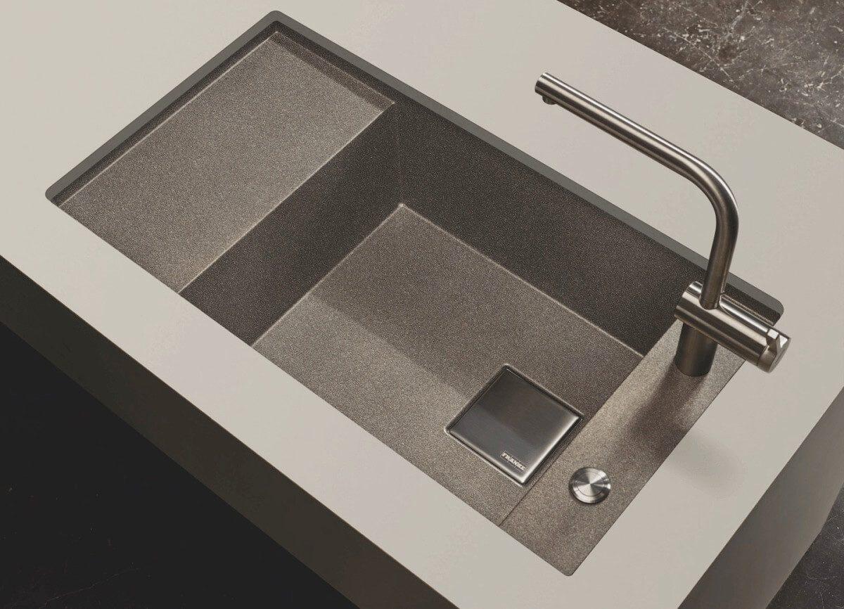 Die neue Fragranit-Spüle Fresno mit großem XL-Becken auf, in denen sich auch Backbleche und große Töpfe bequem reinigen lassen. Foto: Franke