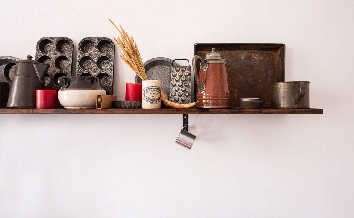 Offene Wandregale können gleichzeitig als Stauraum und als Deko genutzt werden