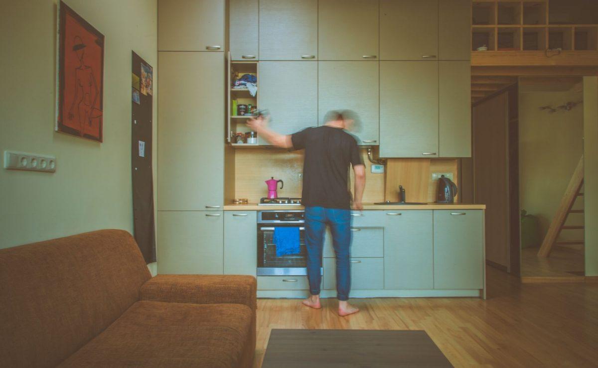 Bei älteren Küchen sollte auf genügend Abstand zwischen Backofen und Kühlschrank bzw. eine entsprechende Isolierung geachtet werden
