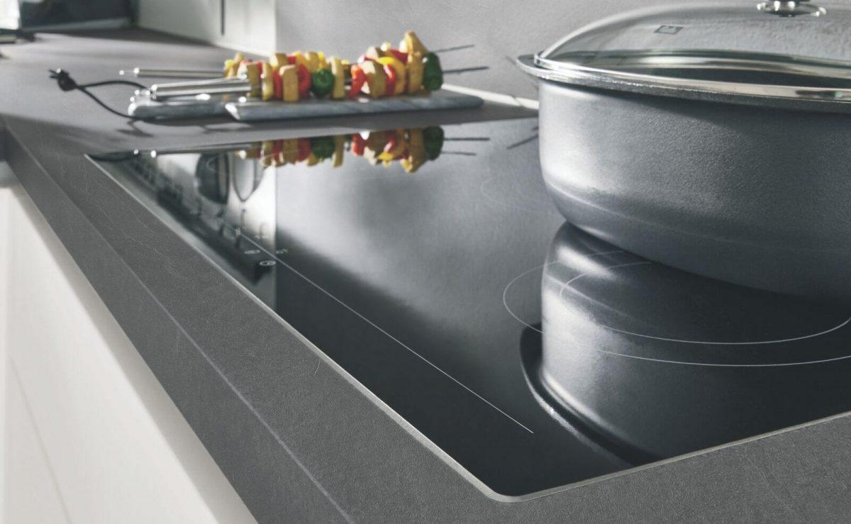 Der 3D-Aufbau der Xtra-Arbeitsplatte ermöglicht einen flächenbündigen Einbau von Kochfeld & Spüle; Foto: nobilia