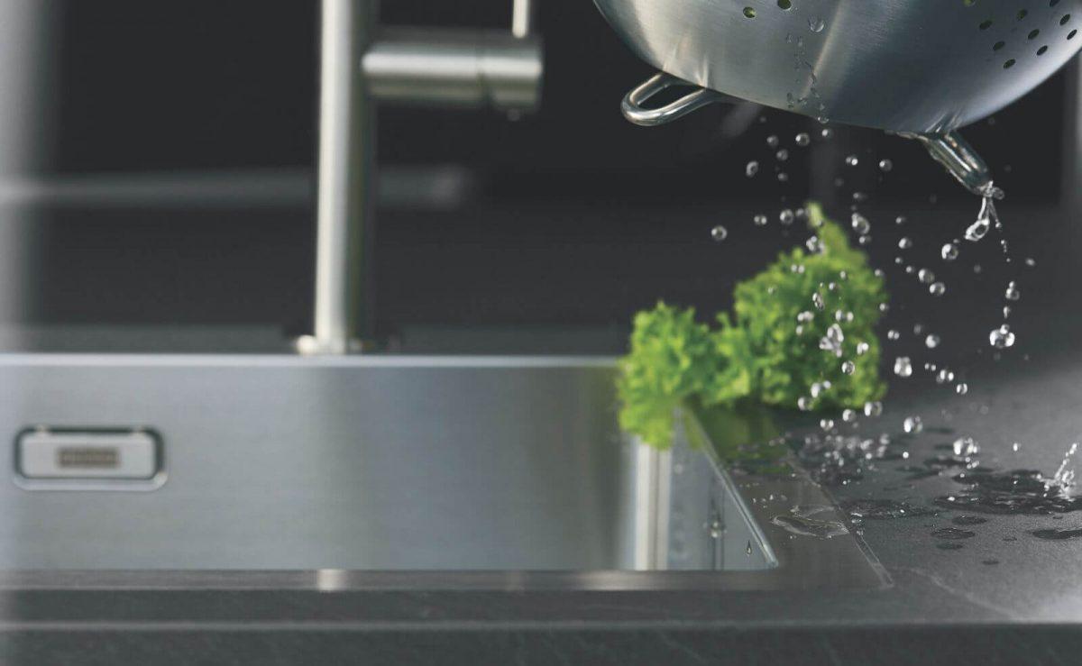 Eine innovative Funktionsschicht macht die Xtra-Arbeitsplatte wasserfest; Foto: nobilia