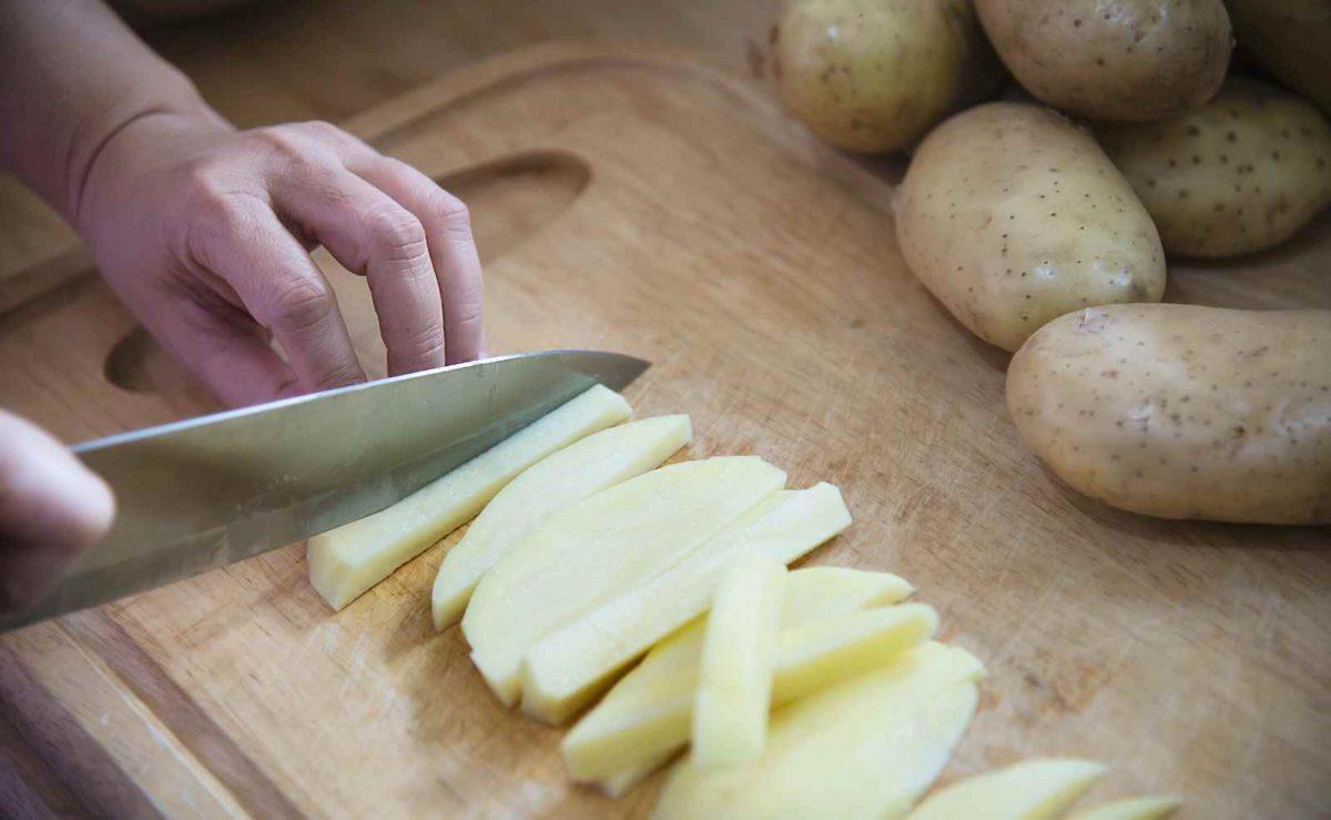 Für noch mehr Crunch Kartoffeln möglichst dünn schneiden und Stärke gut auswaschen