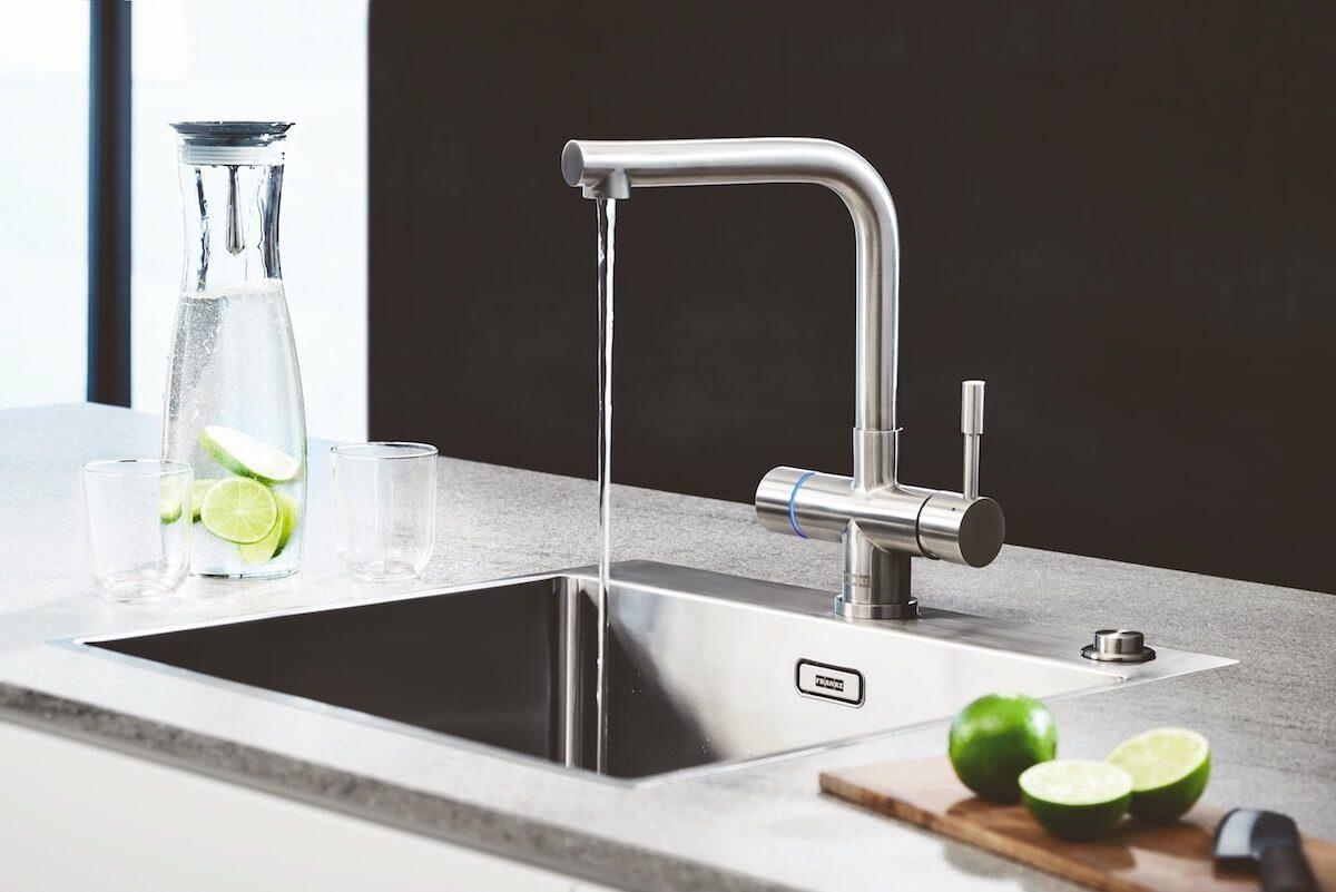 Die neue Heißwasser-Armatur Mondial von Franke liefert aus einem Hahn kaltes, warmes und kochendes Wasser – auch gefiltert. Der Edelstahl- Festauslauf ist um 360° schwenkbar. Foto: Franke