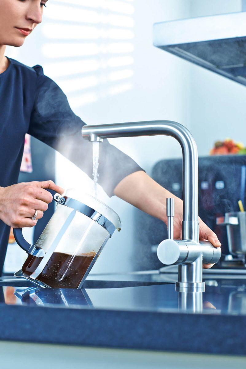 Einfache, sichere und intuitive Bedienung: Schnell kaltes, warmes oder gefiltertes Wasser aus der Armatur; Foto: Franke