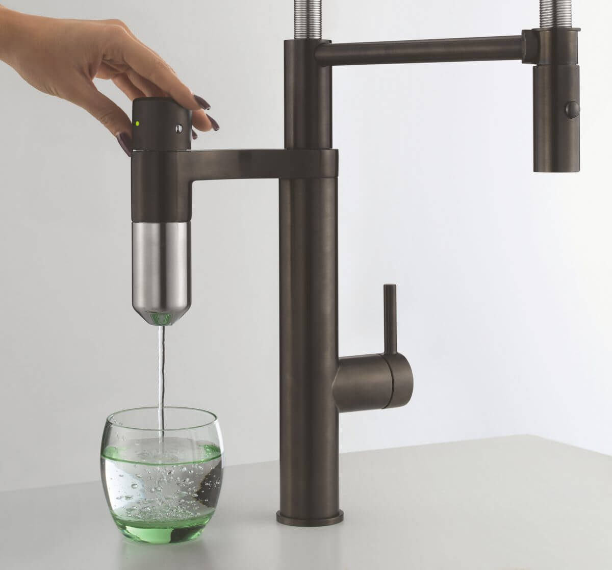 Die extrem kleine Filterkapsel reicht für 500 Liter gefiltertes Wasser und ist so in die Armatur integriert, dass das Wasser direkt vom Filter ins Glas fließt. Eine Filtersättigungsanzeige signalisiert, wann der Filterwechsel nötig ist. Foto: Franke