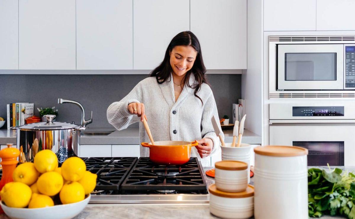 Die richtige Arbeitshöhe schont den Rücken beim Kochen