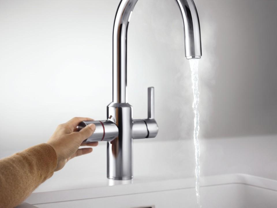 Das heiße Wasser kommt in einem kompakten, spritzarmen Wasserstrahl aus einem isolierten Auslauf und schützt dich so zusätzlich vor Verbrühungen; Foto: BLANCO