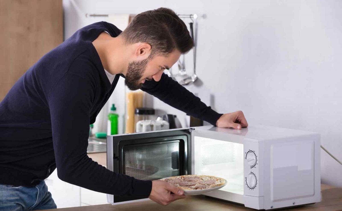 Eine Mikrowelle mit Heißluft eignet sich besonders fürs Aufbacken von Tiefkühlgerichten wie Brot oder Pizza