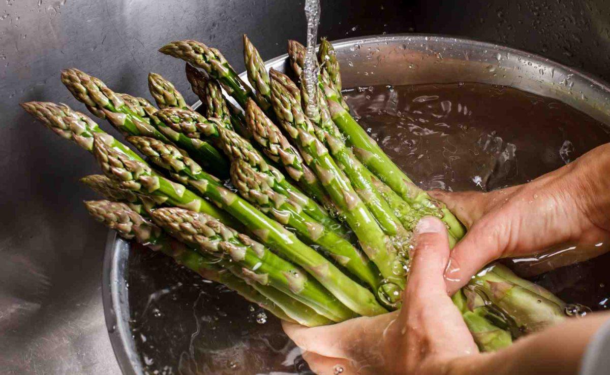 Spargel in Wasser mit Zucker und Salz kochen ist die klassische Zubereitungsart