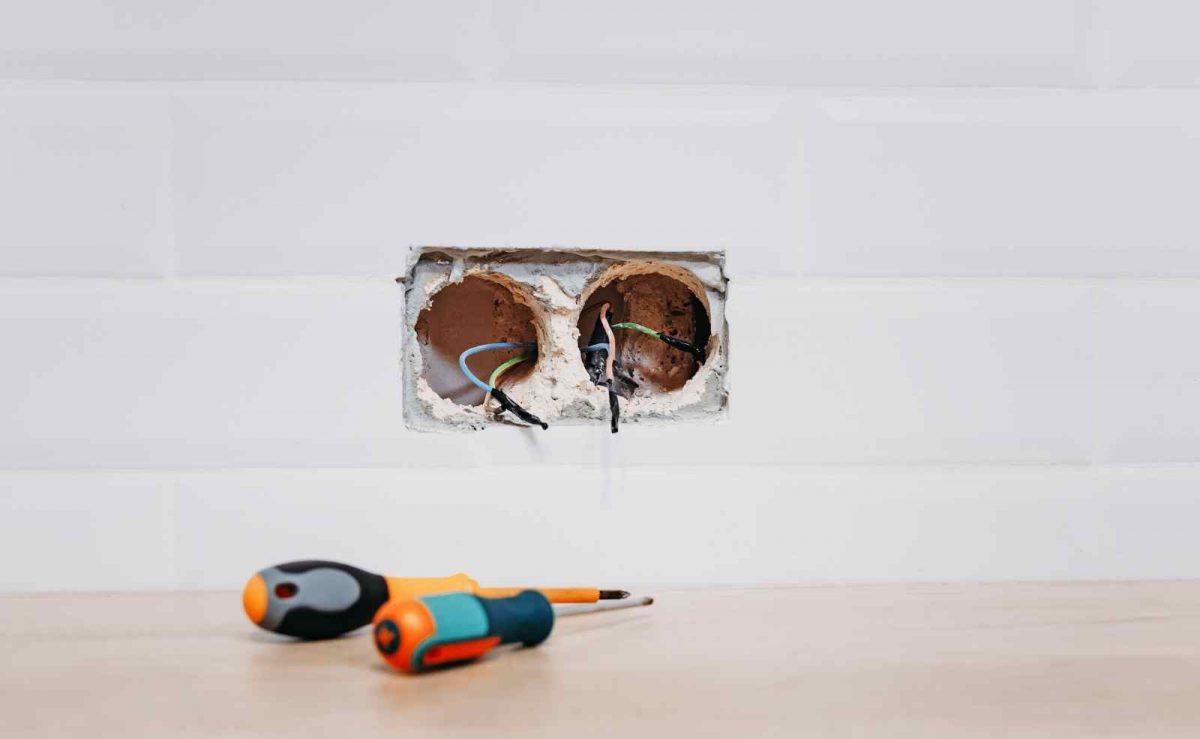 Bei Strom- und Wasseranschlüssen in der Küche lieber die Profis machen lassen