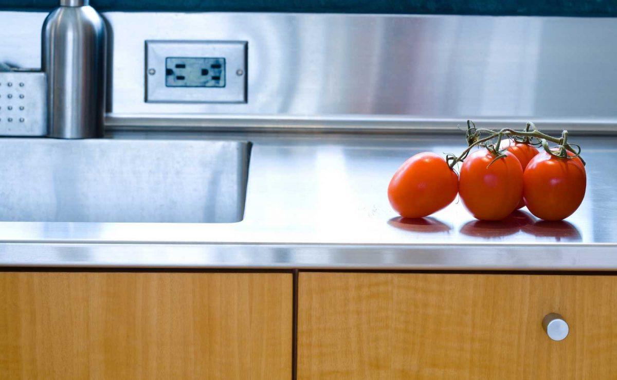 Edelstahl Rückwände eignen sich nicht nur für Gastroküchen, sondern auch in privaten Haushalten