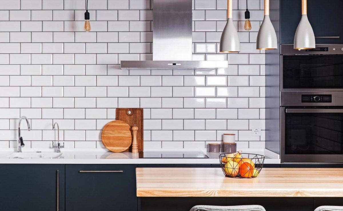 Kleine Metro Fliesen sind aktuell groß im Trend und eignen sich perfekt als Spritzschutz für Küchen